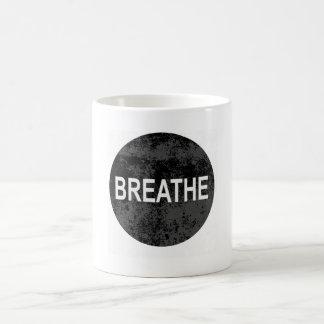 A calma de Namaste da ioga respira a caneca do