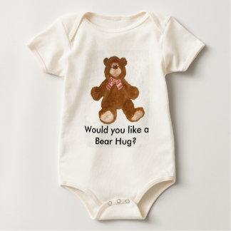 A camisa bonito das crianças do abraço de urso do