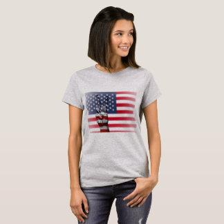 A camisa das mulheres do sinal de paz da bandeira