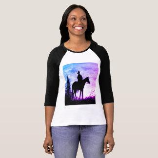 A camisa das mulheres ocidentais da silhueta do