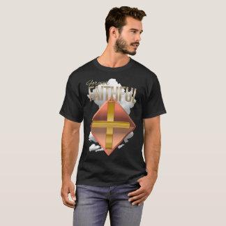 A camisa escura básica dos homens cristãos para