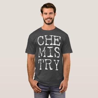 A camisa escura dos homens da química