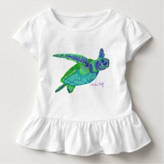 A camiseta da menina da tartaruga de mar