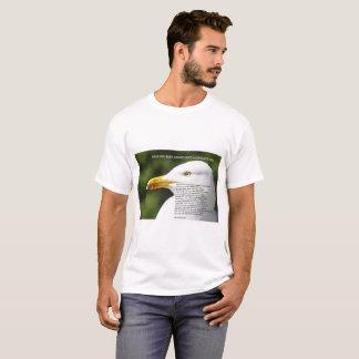 A camiseta dos homens com imagem da gaivota e do
