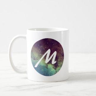 """A caneca conhecida da letra """"M"""" com impressão do"""