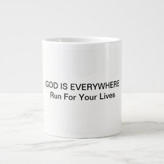 A caneca de café com deus está em toda parte