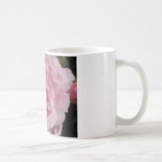 A caneca de café cor-de-rosa do verão