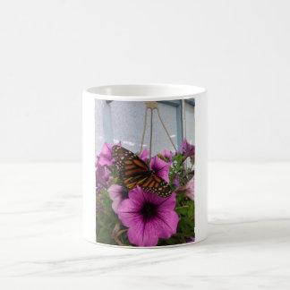 A caneca de café da borboleta de monarca