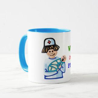 A caneca de café pediatra de inquietação da