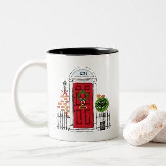 A caneca de café vermelha da porta do Natal do