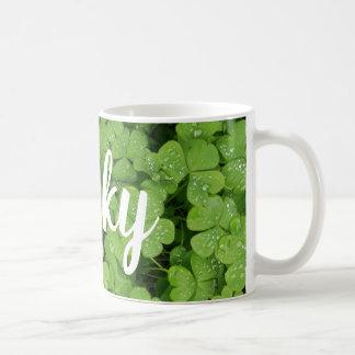 A caneca de St Patrick afortunado do trevo verde