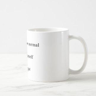 """A caneca """"não tenta ser normal… """""""