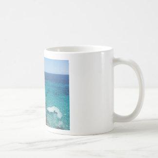 a caneca, o café e o chá do penhasco do oceano caneca de café