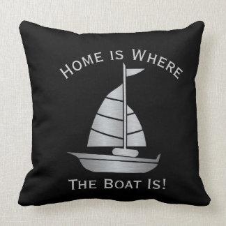 A casa é o lugar onde o barco é travesseiro almofada
