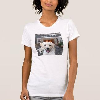 A casa é o lugar onde o cão está t-shirt