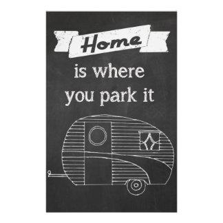 A casa é o lugar onde você a estaciona - imagem do flyer 13.97 x 21.59cm
