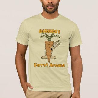A cenoura a mais grande em torno do camiseta e dos