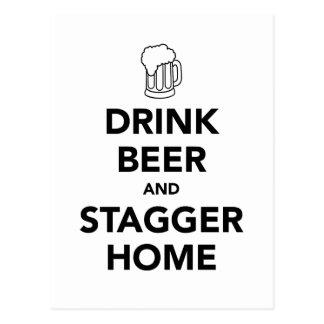 A cerveja da bebida e desconcerta em casa cartão postal