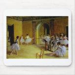 A classe de dança na ópera desgaseifica perto mousepad