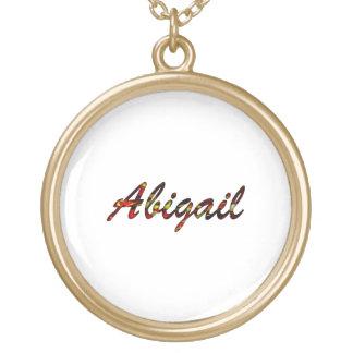 A colar redonda branca de Abigail