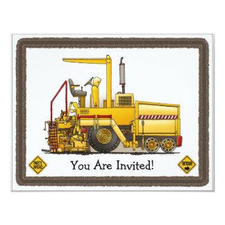 A construção da máquina de pavimentação caçoa o convite 10.79 x 13.97cm