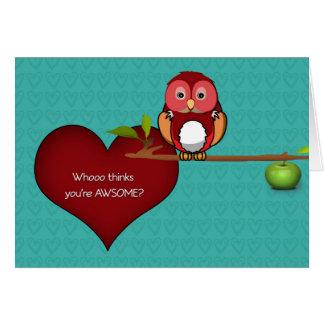 A coruja bonito dos namorados em um cartão do ramo