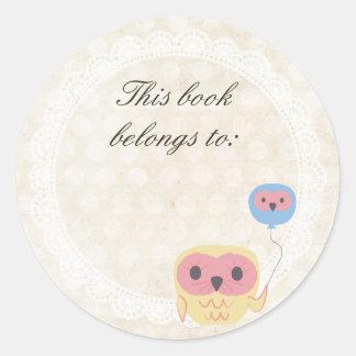 A coruja do laço este livro pertence à etiqueta adesivo em formato redondo