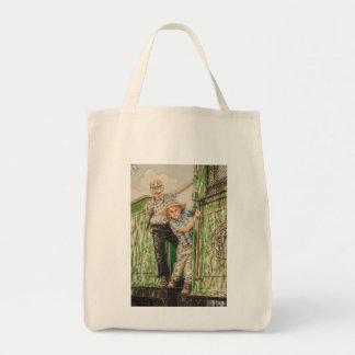 A criança ajusta o saco de compras sacola tote de mercado