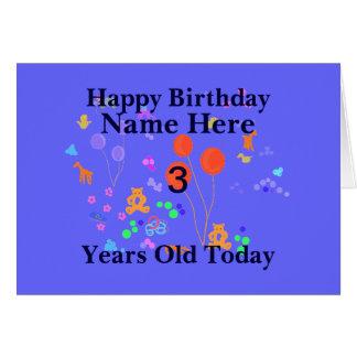 A criança de 3 anos do feliz aniversario adiciona  cartão