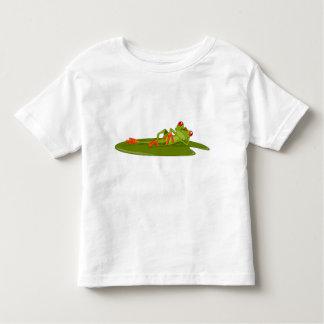 A criança de modelagem do sapo (sapo de árvore) camiseta
