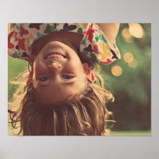 A criança de sorriso de cabeça para baixo da poster