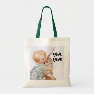 A criança do vintage da sacola abraça o coelho, bolsa tote