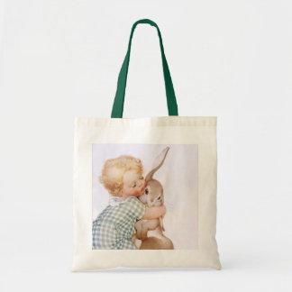 A criança do vintage da sacola abraça o saco do sacola tote budget