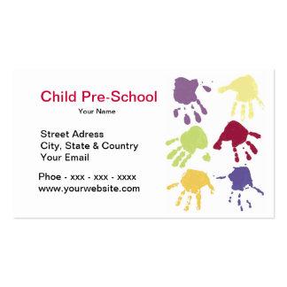 A criança entrega o cartão de visita do pré-escola