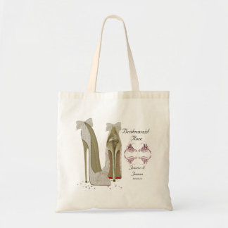 A dama de honra personaliza o saco do presente do bolsa tote