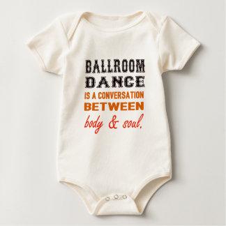 A dança de salão de baile é uma conversação entre macacãozinho
