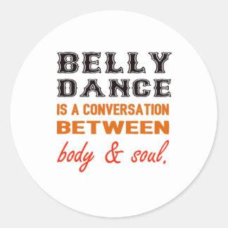 A dança do ventre é uma conversação entre o corpo adesivo