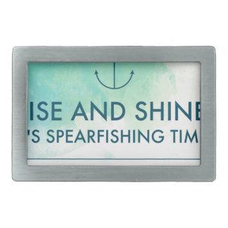 A elevação e brilha-o é tempo de Spearfishing
