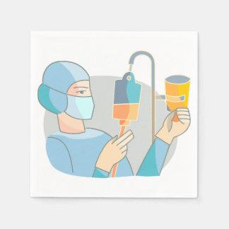 A enfermeira esfrega dentro os guardanapo de papel