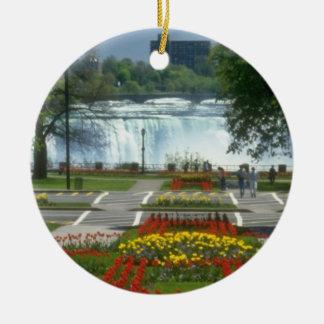 A entrada vermelha às quedas, Niagara Falls Ornamento De Cerâmica Redondo