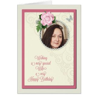 A esposa, adiciona uma foto, aniversário com um cartão comemorativo