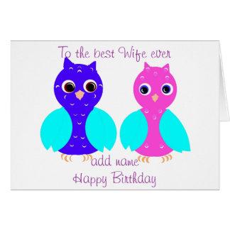 A esposa bonito do cartão de aniversário das coruj
