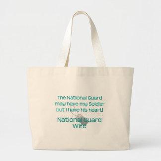A esposa da guarda nacional tem seu coração bolsa para compras