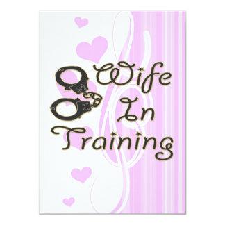 a esposa engraçada no treinamento algema a noiva convites personalizados