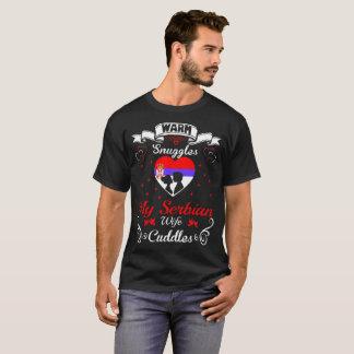 A esposa sérvio dos Snuggles mornos afaga a camisa