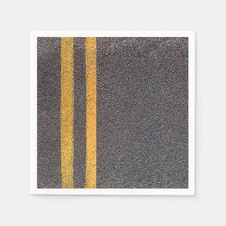 A estrada amarela dobro alinha os guardanapo de