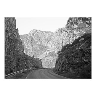 A estrada que funciona entre as rochas foto