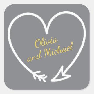 A etiqueta cinzenta e amarela com coração deu