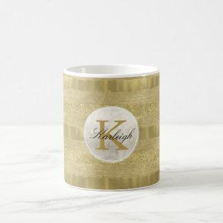 A faísca do ouro listra o monograma caneca de café