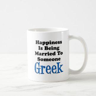 A felicidade está sendo casada a alguém grego caneca de café
